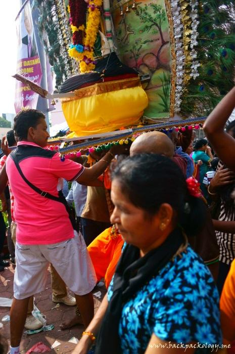 Saking beratnya kanopi kavadi, sang pemuja kadang harus dibantu kawan-kawannya untuk menyangga ketika akan berdiri...