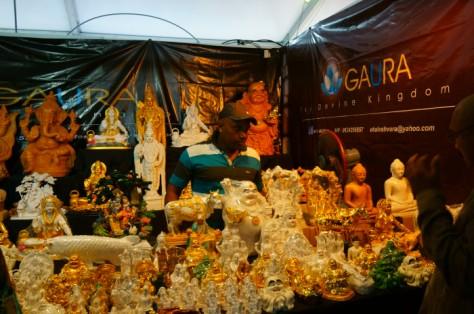 Di luar komplek kuil, festival ini menjadi seperti pasar kaget yang penjual dan pembelinya didominasi orang India. Berbagai barang dijual disini, mulai dari ornamen religius hingga makanan