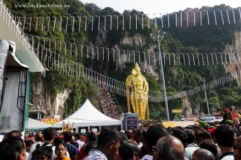Ribuan orang memadati Batu Caves, sementara para pemuja menuju kuil di dalam gua melalui 272 anak tangga