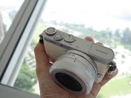 Panasonic Lumix DMC GM1 , salah satu mirrorless paling kecil saat ini. Perhatikan meskipun body-nya kecil, namun lensanya tetap besar, tidak bisa sekompak kamera poket...