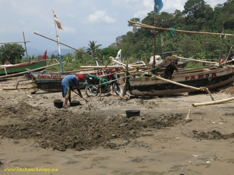 Pemandangan umum sebuah pantai nelayan dengan perahu-perahu tradisional yang bersandar