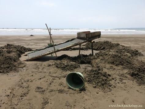 Lembangan, alat untuk menyaring pasir pantai. Tampak di sekelilingnya gundukan pasir yang akan disaring.