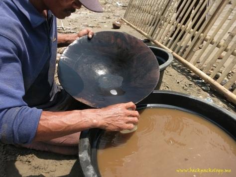 Setelah gumpalan raksa emas cukup besar, dia dikumpulkan di wadah kecil untuk disaring lagi