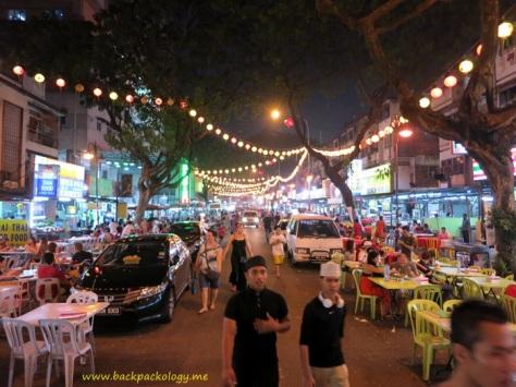 Suasana jalan yang ramai dan meriah di kawasan Jalan Alor, KL