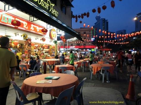 Lampion merah khas budaya Cina turut menyemarakkan malam yang ceria di Jalan Alor