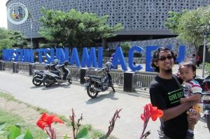 Puput dan Oliq mejeng di depan Museum Tsunami Aceh