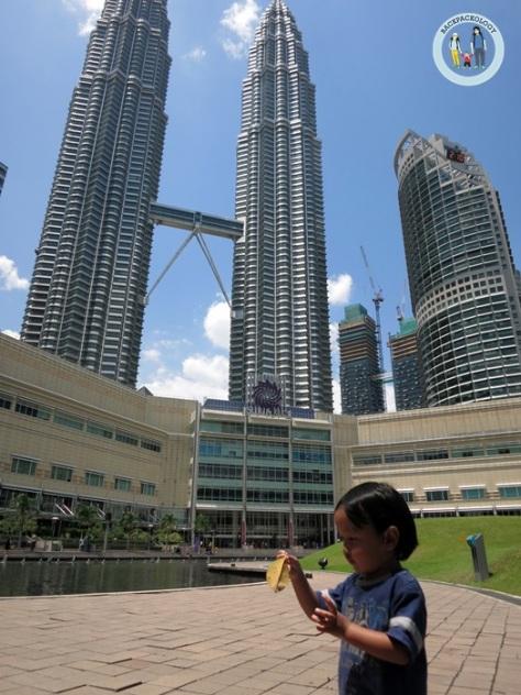 Petronas Twin Tower di KLCC, ikon Malaysia yang wajib dikunjungi kalau berkunjung ke KL Malaysia