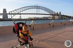 Oliq (6 bulan) mejeng di depan Harbour Bridge, Sydney