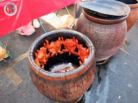 Ayam-ayam yang sudah dilumuri bumbu rahasia dipanggang dalam tempayan alias guci unik