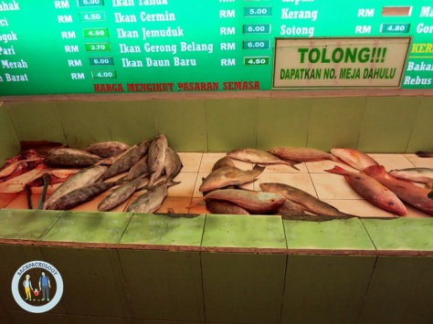 Deretan ikan segar beserta harganya di Ana Ikan Bakar Petai, Kuantan, Pahang