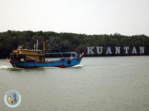 "Landmark tulisan ""Kuantan"" di tepi Sungai Kuantan, Pahang, Malaysia"