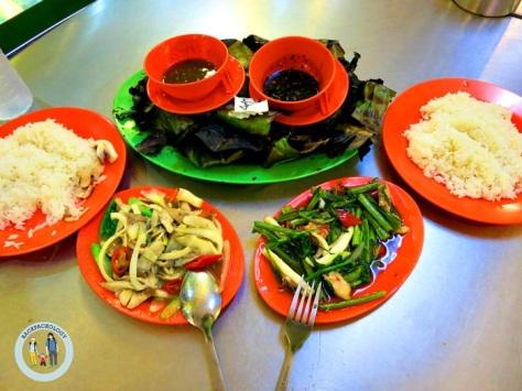 """Pesanan lengkap kami di """"Ana Ikan Bakar Petai"""", Kuantan, Pahang. Ikan bakar petai, lengkap dengan sayur dan nasi putih, minus udang yang lupa kefoto"""