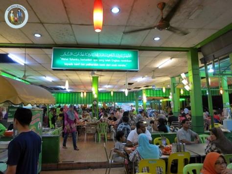 """Sebuah pesan dalam bahasa arab dan melayu yang menyapa setiap pengunjung """"Ana Ikan Bakar Petai"""", Kuantan, Pahang"""