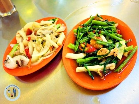 """Jamur goreng dan kangkung belacan, pesanan kami di """"Ana Ikan Bakar Petai"""", Kuantan, Pahang"""