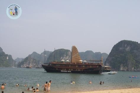 Indochina Sail, salah satu junk boat yang beroperasi di Halong Bay