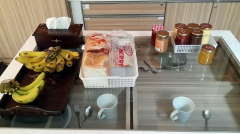 Breakfast alias makan pagi, berupa roti tawar, selai, dan pisang segar... kopi dan teh tersedia setiap saat