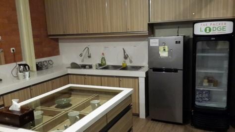 Dapur The Packer Lodge, disertai kulkas yang bisa dipakai bersama dan zink tempat cuci piring. Tamu diwajibkan mencuci sendiri peralatan makan yang sudah dipakai...