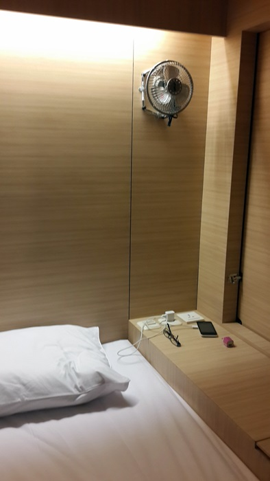 Dua colokan listrik, sebuah lampu baca, dan sebuah kipas angin kecil merupakan fasilitas yang ada di tiap ranjang The Packer Lodge