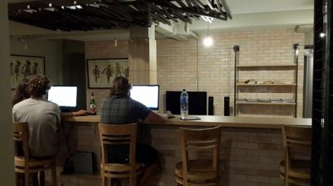 Ruang multimedia yang dilengkapi 2 PC, TV LCD, dan rak buku