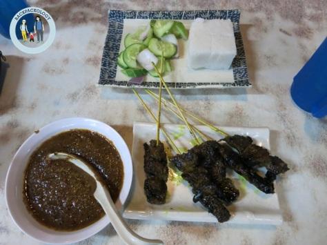 Dinnernya Oliq: sate rusa dan nasi impit