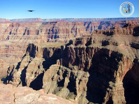 Pemandangan Grand Canyon dari Eagle Point, lengkap dengan seekor elang yang terbang menikmati keindahan alam ciptaan Tuhan