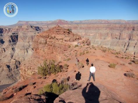 Grand Canyon dari Guano Point, tampak bukit di tepi jurang yang menjadi titik pengamatan terbaik sekaligus paling berbahaya