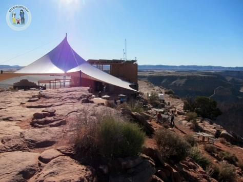 Tenda di Guano Point, tempat rehat pengunjung yang lelah usai mendaki bukit-bukit di sekelilingnya