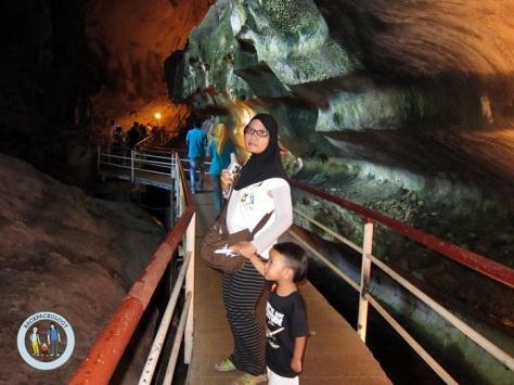 Jalan setapak dalam gua, bagian ini masih terlihat kering karena tak jauh dari pintu masuk