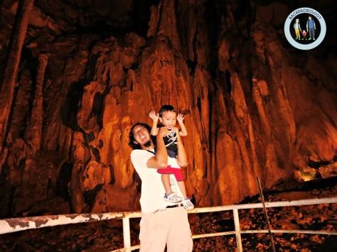 Berfoto bareng Oliq dengan latar ornamen Gua Tempurung yang cantik dan megah