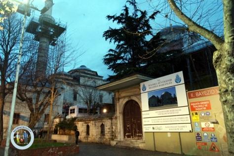 Masjid Bayezid yang sedang direnovasi, persis di sebelah Grand Bazaar