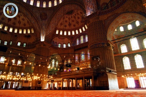 Bagian dalam Blue Mosque yang luar biasa, perpaduan pilar-pilar kokoh dengan kubah nan megah