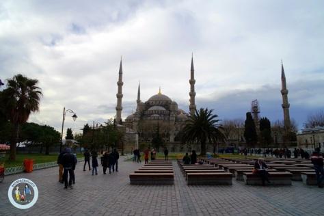 Masjid Sultan Ahmed alias Blue Mosque, dilihat dari taman depan Aya Sophia