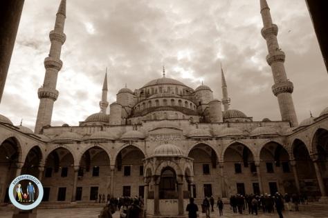 Masjid Sultan Ahmed atau Blue Mosque dilihat dari serambi masjid yang sangat luas