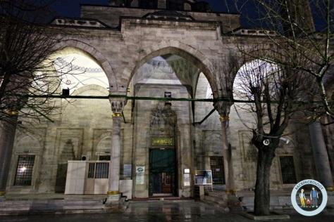 Masjid Gazi Atikali, cukup besar dengan menara tinggi, walaupun tak semegah Blue Mosque