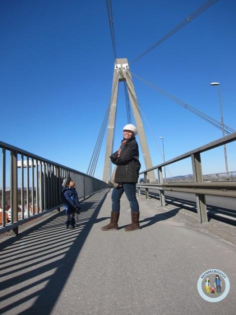 Pose di salah satu jembatan