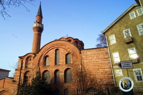 Kalenderhane Cami yang dibangun dengan batu bata merah, terlihat klasik dan berbeda dengan kebanyakan masjid pada masa Kekhalifahan Utsmaniyah