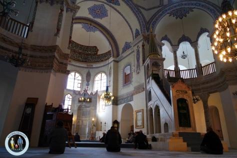 Bagian dalam Masjid Little Hagia Sophia, kubahnya dihiasi tulisan arab, namun tanpa mosaik-mosaik seperti di Aya Sophia