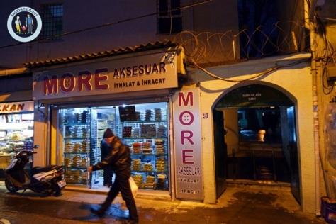 Pintu gerbang Mercan Aga Cami yang tersamar diantara kompleks pertokoan di belakang Grand Bazaar