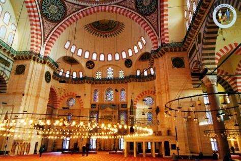 Bagian dalam Suleymaniye Cami yang sangat cantik dan menawan