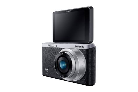 Samsung NX Mini hitam dengan lensa 9mm f/3.5 (setara 24mm)