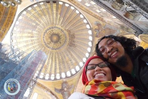 Selfie dengan background kubah Ayasofya yang legendaris menjadi sangat mudah dengan layar lipat pada Samsung NX Mini