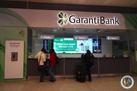 Penukaran uang / money changer di Bandara Attaturk Istanbul, di sini rate-nya jelek seperti kebanyakan money changer di bandara...