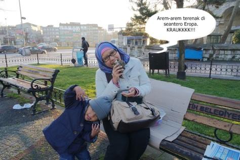 Makan arem-arem lahap di taman Aksaray