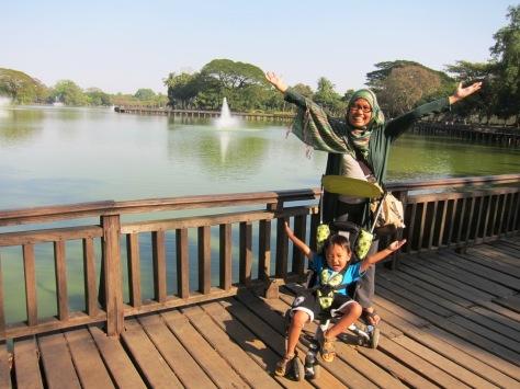 Pose di Danau Kandawgyi