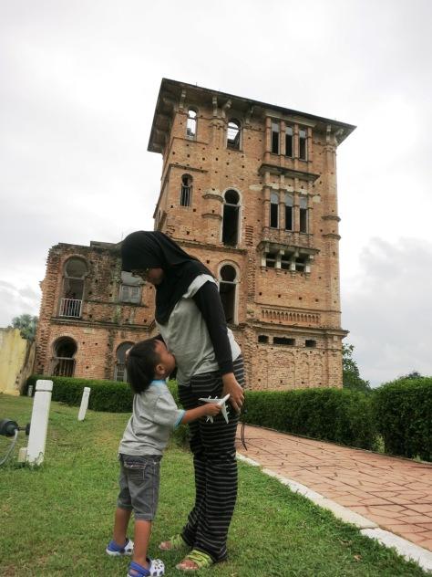 """Aik sayang adik!"" kata Oliq di Kellie's Castle, Ipoh"