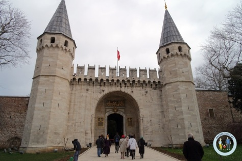 Pintu gerbang Istana Topkapi yang megah, salah satu bukti kebesaran Kerajaan Turki Utsmani