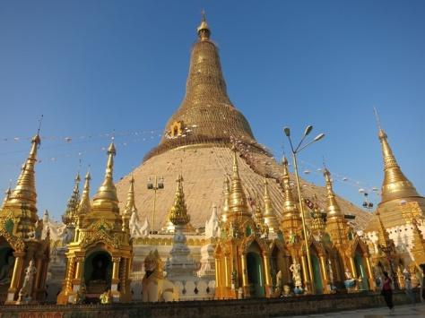Pagoda Shwedagon menjulang di YangonR