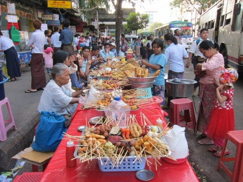 Warung-warung pinggir jalan di Yangon, tidak semuanya halalR