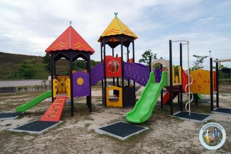 Ada playground alias taman bermain biar nyonya ibu ibu sosialita leluasa belanja sembari bapak , anak, dan pengasuhnya berkeliaran di sini