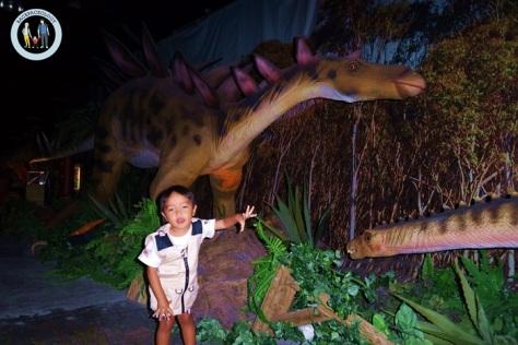 Anda dan anak-anak bisa bergaya dengan berbagai jenis dinosaurus di Discoveria, Avenue K, Kuala Lumpur